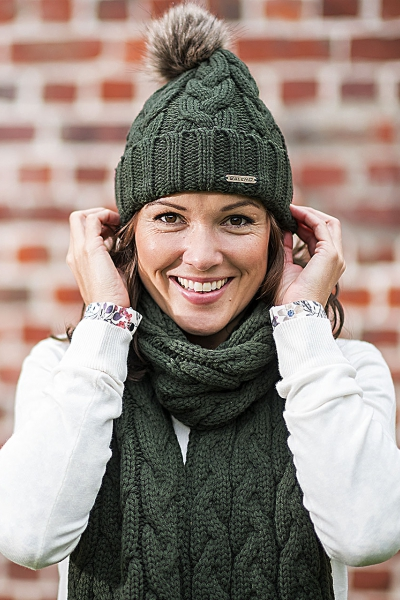 KATRIEN A classic knitted beanie with a faux fur pom