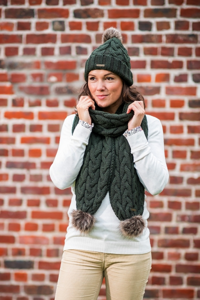 LOUISE A fashionable scarf with faux fur pom